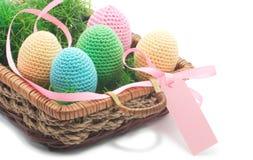 与草的复活节手工制造鸡蛋。 免版税库存图片