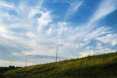 与草的天空 免版税库存图片