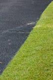 与草的沥青在高尔夫球场 免版税库存照片