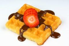与草莓切片和巧克力汁的奶蛋烘饼 免版税图库摄影
