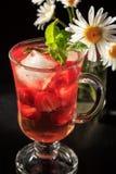 与草莓切片的碳酸化合的与花的柠檬水和薄菏 图库摄影