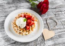 与草莓和香草冰淇淋、红色玫瑰和纸心脏的奶蛋烘饼 库存图片