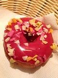 与草莓奶油和果子油炸马铃薯片的多福饼 免版税库存图片