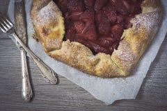 与草莓奶油的自创土气馅饼 库存照片