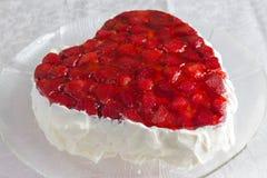与草莓果冻的心形的bisccuit蛋糕在白色背景 免版税库存照片