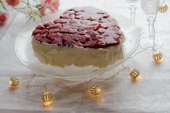 与草莓果冻的心形的bisccuit蛋糕在白色背景 免版税图库摄影