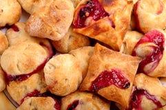 与草莓樱桃果酱装填的油酥点心 库存图片