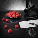 与草莓爱坦白的静物画 免版税库存照片