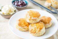 与草莓蜜饯和乳酪奶油的传统英国下午茶果子烤饼 库存图片