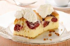 与草莓装填和打好的奶油的蛋糕 免版税图库摄影