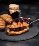 与草莓装填和果酱的新月形面包 免版税库存图片