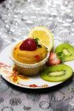 与草莓顶部的杯形蛋糕 免版税库存图片