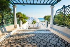 与荫径的方式覆以圆顶在Kalithea罗得岛,希腊-发短信给tra 库存图片