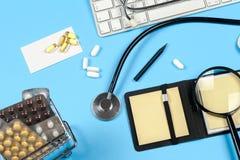 与药片和听诊器的医疗报告 库存照片