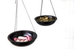 与药片和草本的平衡标度 免版税库存照片