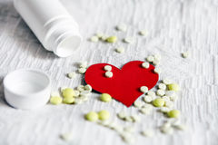 与药片的心脏形状 图库摄影