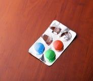 与药片的组装在桌上 免版税库存照片
