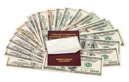 与药物的包裹在塔吉克斯坦护照和美元 免版税库存照片