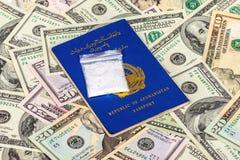 与药物的包裹在阿富汗护照和美元 免版税库存图片