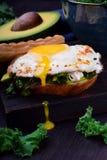 与荷包蛋的三明治用液体卵黄质和无头甘蓝圆白菜 免版税库存图片