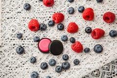 与莓味道的手工制造唇膏 库存照片
