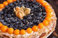 与莓果宏指令焦点的蛋糕 免版税库存图片