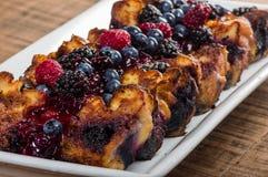 与莓果顶部的面包布丁 库存图片