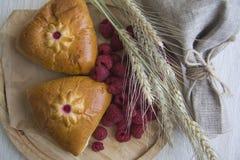 与莓装填的俄国小圆面包 免版税库存照片