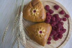 与莓装填的俄国小圆面包 库存图片