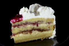 与莓选矿的白色奶油蛋糕对此 免版税库存图片