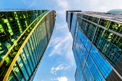 与莫斯科城市摩天大楼透视的底视图  免版税库存图片