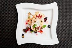 与莲花根和莓果的亚洲果子点心 免版税库存照片
