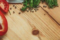 与莳萝和胡椒框架的木背景 免版税库存照片