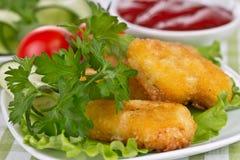 与莴苣叶子的开胃鸡块 库存图片
