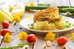 与菜、乳酪和火腿的新鲜的多士 库存照片