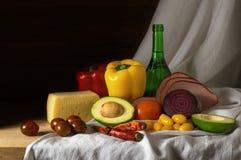 与菜、乳酪和火腿的静物画 免版税库存照片
