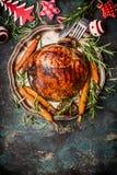 与菜、利器和圣诞节装饰的烤猪肉火腿 免版税库存图片