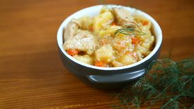 与菜、圆白菜和肉的被炖的土豆在碗 影视素材