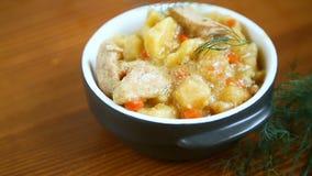 与菜、圆白菜和肉的被炖的土豆在碗 股票录像
