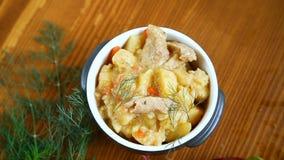 与菜、圆白菜和肉的被炖的土豆在碗 股票视频