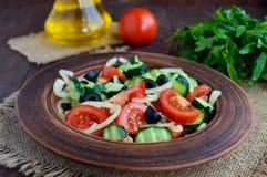 与菜、橄榄和油的饮食沙拉 地中海的厨房 库存图片