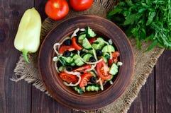 与菜、橄榄和油的饮食沙拉 地中海的厨房 免版税库存照片