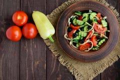 与菜、橄榄和油的饮食沙拉 地中海的厨房 免版税图库摄影