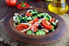 与菜、橄榄和油的饮食沙拉 地中海的厨房 库存照片