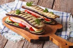 与菜、火腿和乳酪的茄子三明治 免版税图库摄影