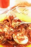 与菜、煮沸的鸡蛋和面包的茄子鱼子酱 与鸡蛋片断的一把叉子  饮食营养 库存照片