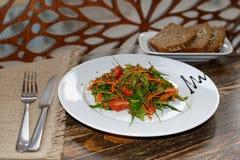 与菜、芝麻菜和发芽的奎奴亚藜和未膨松面制面包的素食沙拉 库存照片