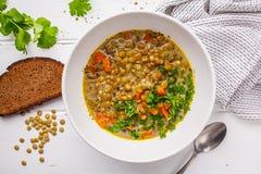 与菜、面包和香菜的自创素食主义者扁豆汤 免版税库存照片