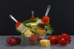 与菜、香肠和乳酪的点心 抽象背景异教徒青绿 免版税库存图片