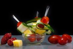 与菜、香肠和乳酪的点心 背景是bl 库存图片